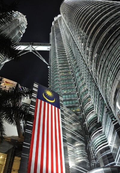 640px-Petronas_Towers_at_Night_-_from_the_base_upwards